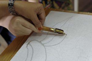batik instructor guiding student